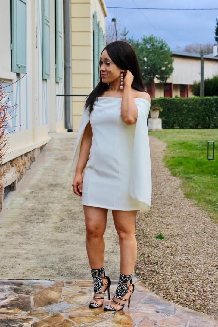 La robe cape et les sandales à perles
