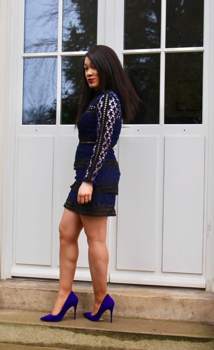 La robe en dentelle et escarpins violet