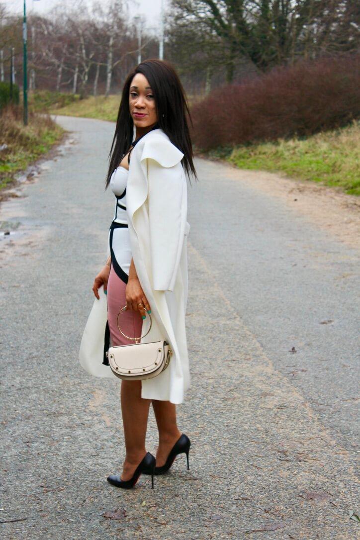 Look manteau blanc et robe bandage