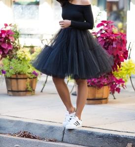 Porter la jupe en tulle avec des baskets